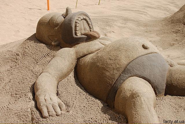 Гомер из симпсонов, скульптура из песка