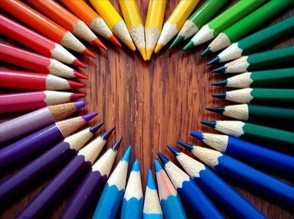Сердце из цветных карандашей.