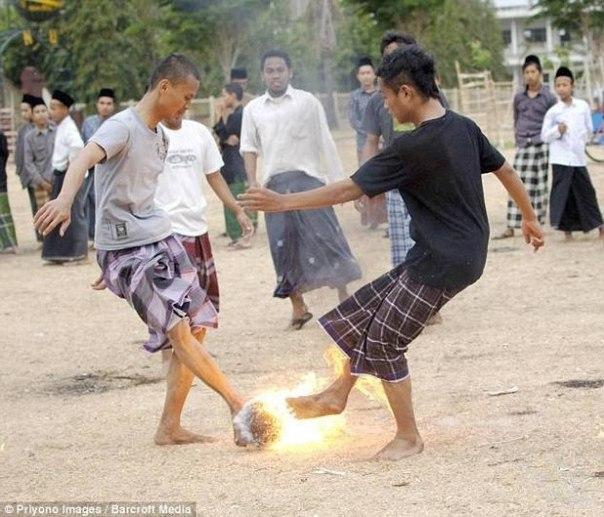 Индонезийский футбол горящим кокосом