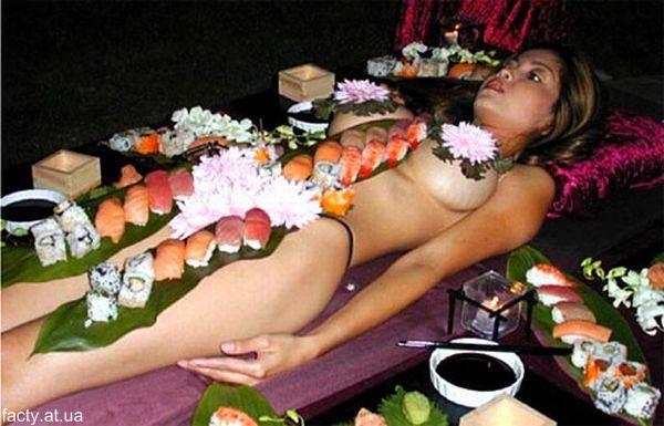 Ниотамори - поедание с обнаженного женского тела суши сашими. Японское искусство.
